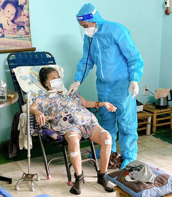 Quận Tân Bình và Tân Phú tiêm vắc xin COVID-19 tại nhà cho dân - Ảnh 1.