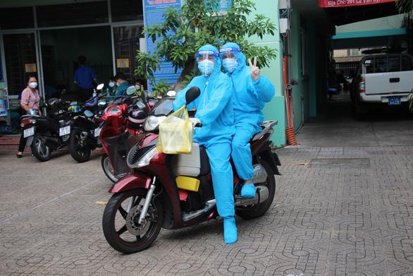 Nhân viên y tế đi xe máy đến tận nhà dân tiêm vắc xin COVID-19 - Ảnh 2.