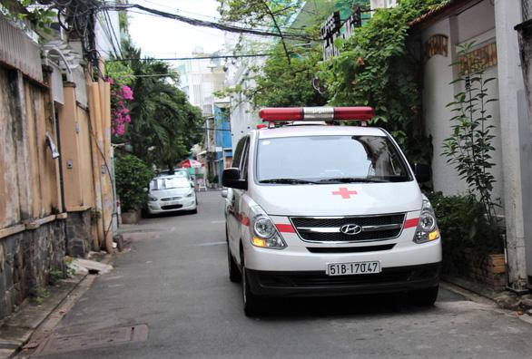 Nhân viên y tế đi xe máy đến tận nhà dân tiêm vắc xin COVID-19 - Ảnh 6.