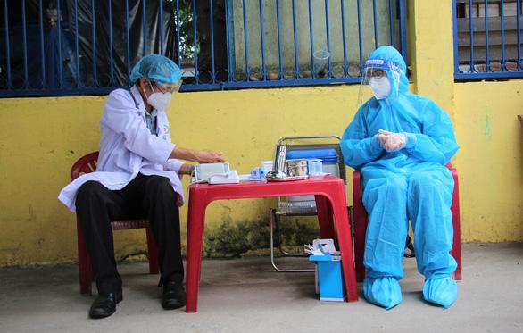 Nhân viên y tế đi xe máy đến tận nhà dân tiêm vắc xin COVID-19 - Ảnh 3.