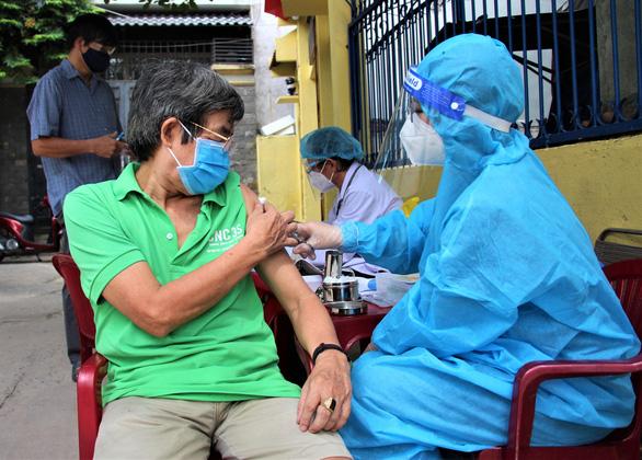 Nhân viên y tế đi xe máy đến tận nhà dân tiêm vắc xin COVID-19 - Ảnh 5.