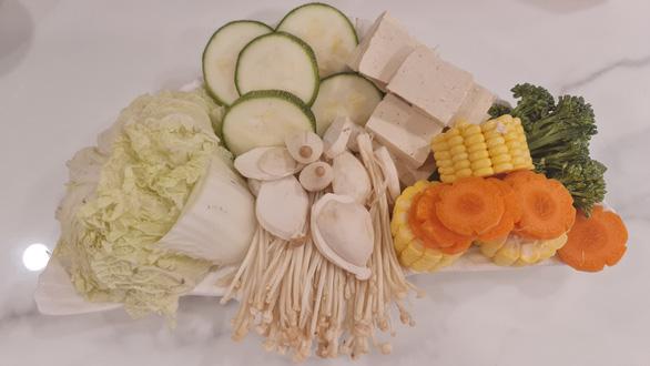 Mùa Vu Lan vào bếp nấu lẩu sữa đậu nành rau củ cùng diễn viên Kim Tuyến - Ảnh 4.