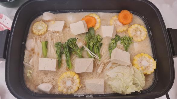 Mùa Vu Lan vào bếp nấu lẩu sữa đậu nành rau củ cùng diễn viên Kim Tuyến - Ảnh 5.
