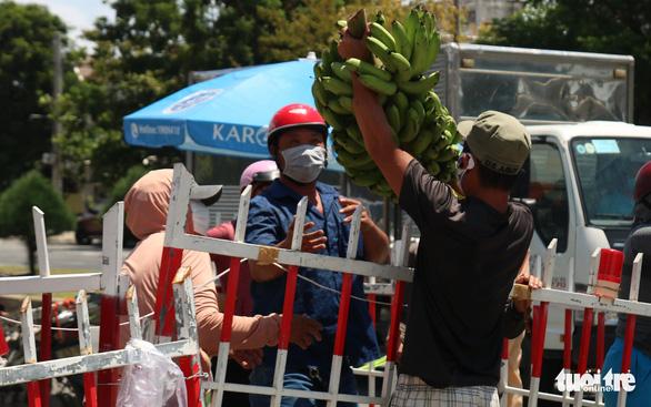 Gói ghém gạo, rau củ quả gửi người thân ở Đà Nẵng trước giờ ai ở đâu ở đó - Ảnh 2.