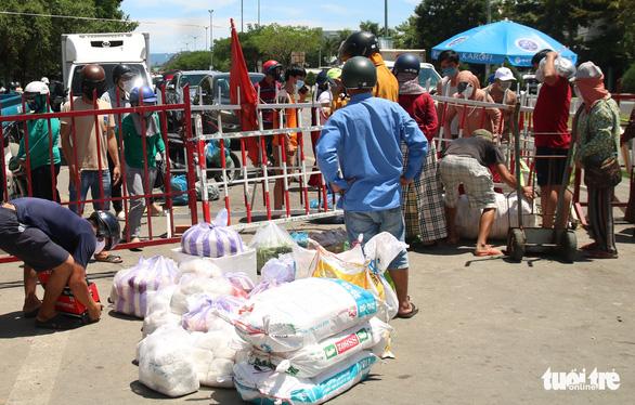 Gói ghém gạo, rau củ quả gửi người thân ở Đà Nẵng trước giờ ai ở đâu ở đó - Ảnh 1.