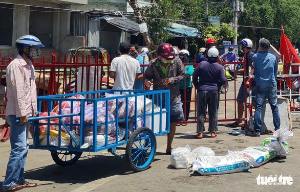 Gói ghém gạo, rau củ quả gửi người thân ở Đà Nẵng trước giờ ai ở đâu ở đó - Ảnh 5.