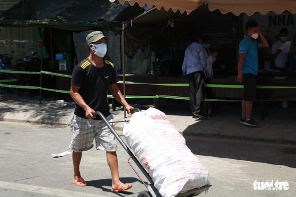 Gói ghém gạo, rau củ quả gửi người thân ở Đà Nẵng trước giờ ai ở đâu ở đó - Ảnh 9.