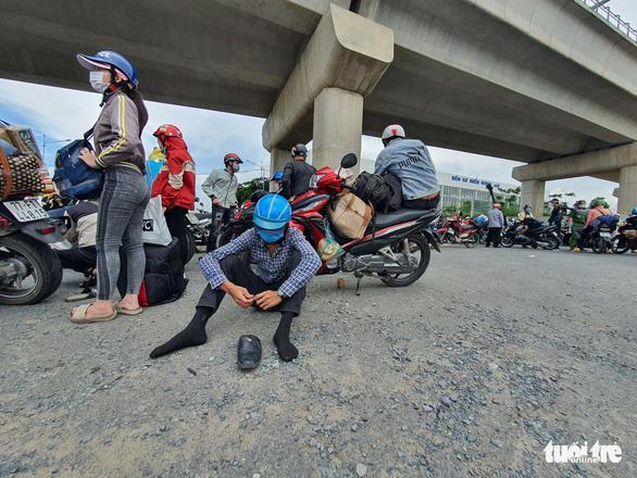 TP.HCM: Hàng trăm người tự ý về quê được khuyên quay lại nơi tạm trú, lên danh sách hỗ trợ - Ảnh 2.