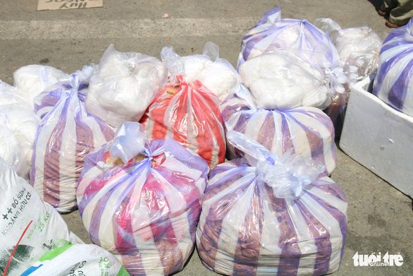 Gói ghém gạo, rau củ quả gửi người thân ở Đà Nẵng trước giờ ai ở đâu ở đó - Ảnh 6.