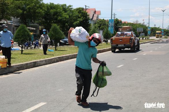 Gói ghém gạo, rau củ quả gửi người thân ở Đà Nẵng trước giờ ai ở đâu ở đó - Ảnh 7.