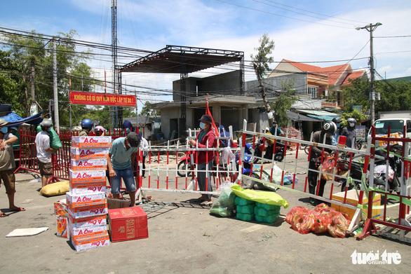Gói ghém gạo, rau củ quả gửi người thân ở Đà Nẵng trước giờ ai ở đâu ở đó - Ảnh 4.