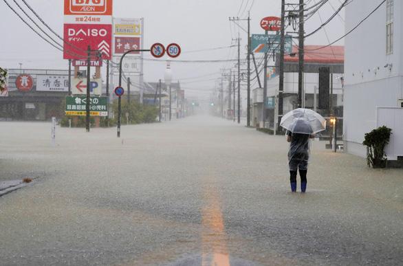 Biển nước sau mưa lớn chưa từng có ở Nhật Bản - Ảnh 6.