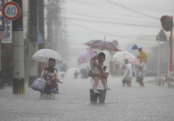 Biển nước sau mưa lớn chưa từng có ở Nhật Bản - Ảnh 7.