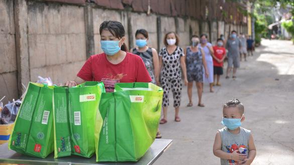 TP.HCM hỗ trợ tiền trọ, lương thực cho người dân khó khăn tháng 8 và 9-2021 - Ảnh 1.