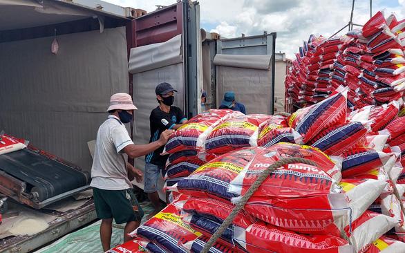 Hàng chục ngàn tấn gạo ùn tắc tại cảng - Ảnh 1.