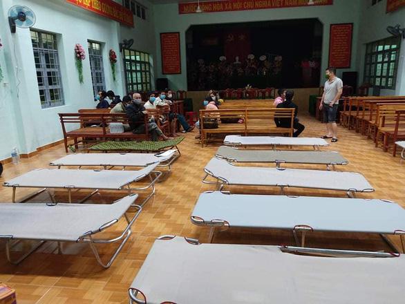 13 người làm thuê Quảng Ngãi đi bộ về quê được xe thiện nguyện Phú Yên chở giúp - Ảnh 4.
