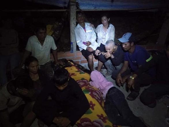 13 người làm thuê Quảng Ngãi đi bộ về quê được xe thiện nguyện Phú Yên chở giúp - Ảnh 3.