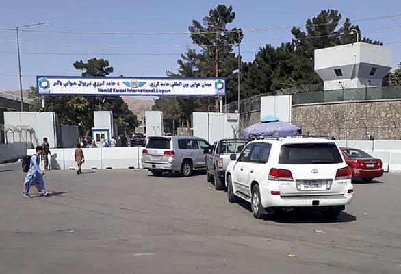 Sân bay Kabul hỗn loạn khi Mỹ di tản dân Mỹ và nhân viên Afghanistan - Ảnh 3.