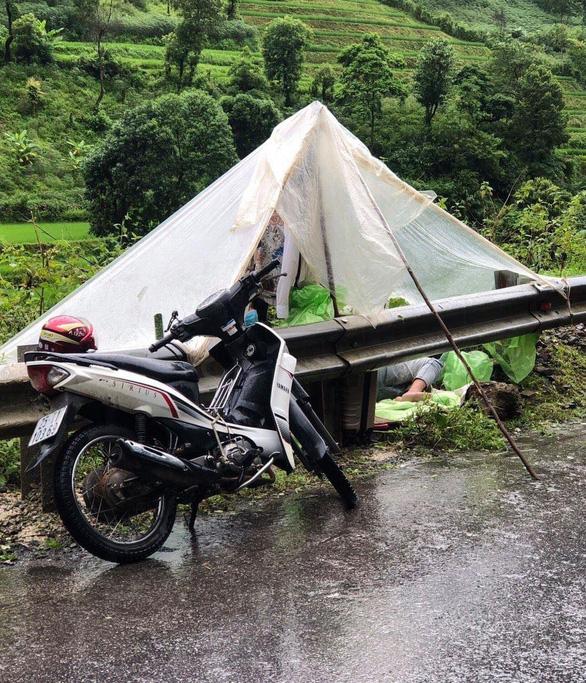 4 thanh niên Lai Châu từ Hà Nội về dựng lều ngủ dưới mưa vì tỉnh nhà không cho vào là sai sự thật - Ảnh 1.