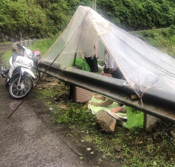 4 thanh niên Lai Châu từ Hà Nội về dựng lều ngủ dưới mưa vì tỉnh nhà không cho vào là sai sự thật - Ảnh 2.