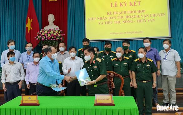 Quân khu 9 hỗ trợ người dân An Giang thu hoạch, vận chuyển nông sản - Ảnh 1.