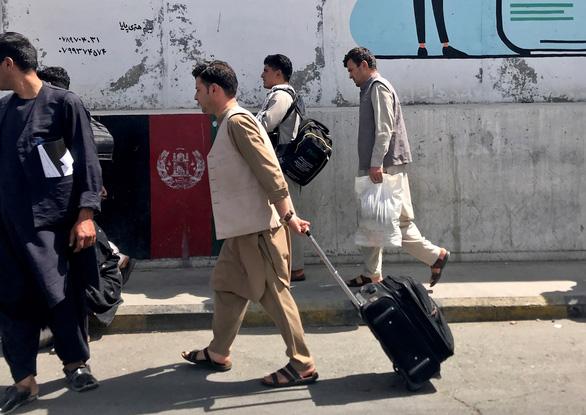 Sân bay Kabul hỗn loạn khi Mỹ di tản dân Mỹ và nhân viên Afghanistan - Ảnh 2.