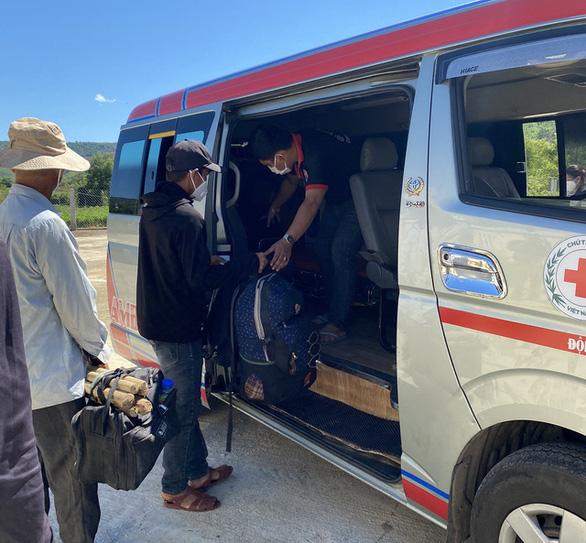 13 người làm thuê Quảng Ngãi đi bộ về quê được xe thiện nguyện Phú Yên chở giúp - Ảnh 2.