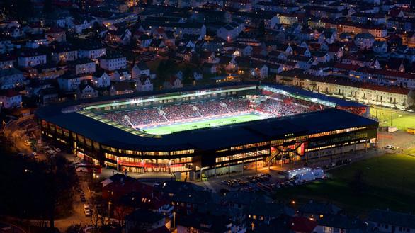 12 cầu thủ ở Na Uy bị điều tra vì dẫn nhiều phụ nữ về thác loạn tại sân vận động - Ảnh 1.