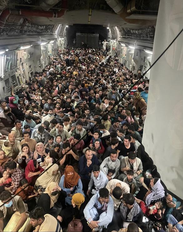 Máy bay C-17 của Mỹ lấp đầy 640 người Afghanistan di tản khỏi Kabul - Ảnh 1.