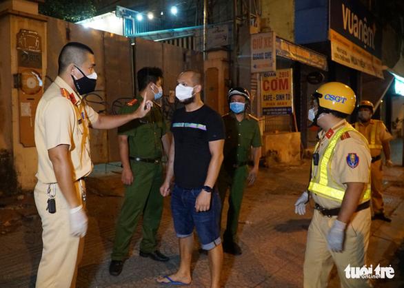 Khống chế một người nước ngoài ra đường sau 18h kéo khẩu trang la hét cảnh sát - Ảnh 2.