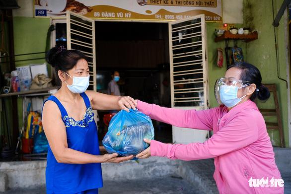 Gạo, cá khô, rau củ chuyển tận tay người dân Đà Nẵng trong tuần phong tỏa - Ảnh 5.