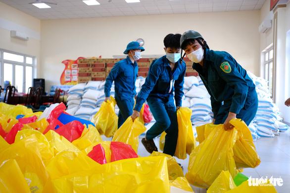 Gạo, cá khô, rau củ chuyển tận tay người dân Đà Nẵng trong tuần phong tỏa - Ảnh 2.