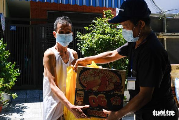Gạo, cá khô, rau củ chuyển tận tay người dân Đà Nẵng trong tuần phong tỏa - Ảnh 1.
