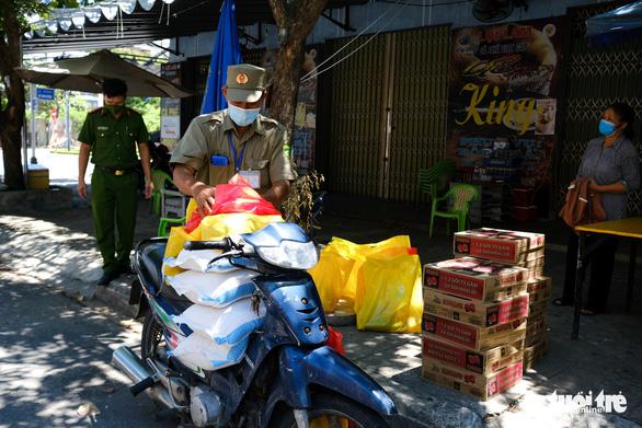 Gạo, cá khô, rau củ chuyển tận tay người dân Đà Nẵng trong tuần phong tỏa - Ảnh 3.