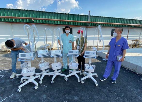 Hương Giang tặng đồng hồ đấu giá 900 triệu đồng, Thùy Tiên mua máy trợ thở cho bệnh viện - Ảnh 2.