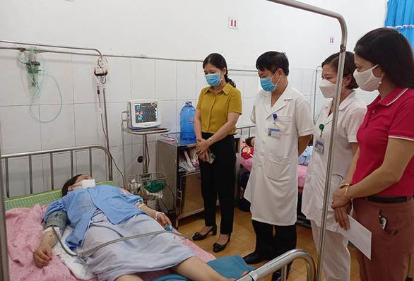 Hai nam nhân viên trung tâm y tế hiến máu cứu sản phụ qua cơn nguy kịch - Ảnh 1.