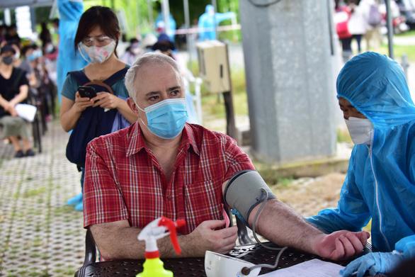 Sẽ tiêm vắc xin COVID-19 cho người nước ngoài theo nguồn lực có thể của TP.HCM - Ảnh 1.