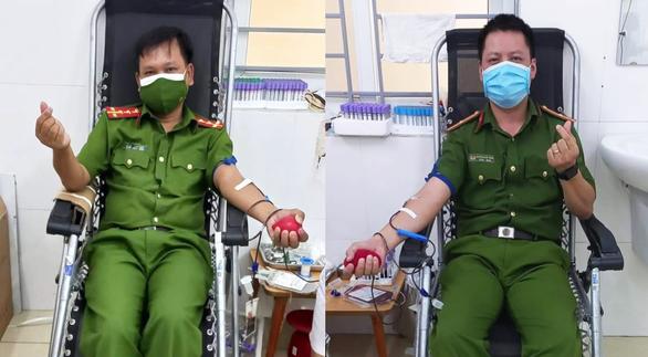 Ba chiến sĩ công an hiến máu cứu bé 6 tuổi bị đàn ong đốt - Ảnh 1.