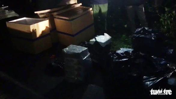 Lao xe tải chở gần 6.000 bao thuốc lá lậu xuống kênh để thoát thân - Ảnh 2.