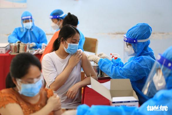 TP.HCM đã có 69,78% người từ 18 tuổi trở lên tiêm ít nhất 1 mũi vắc xin - Ảnh 1.