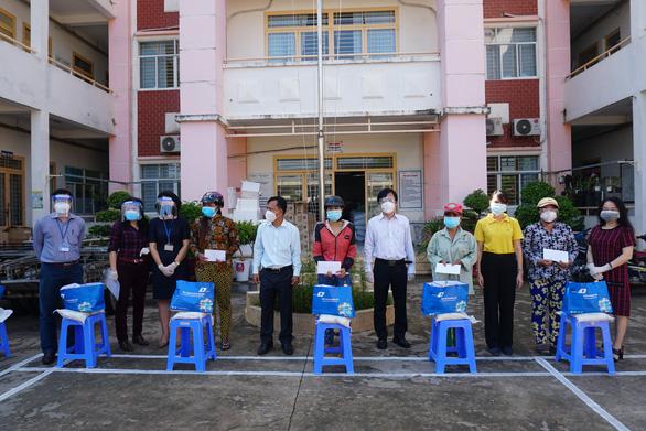 Lãnh đạo Sở Thông tin và truyền thông TP.HCM thăm, tặng quà cho người dân khó khăn do COVID-19 - Ảnh 2.