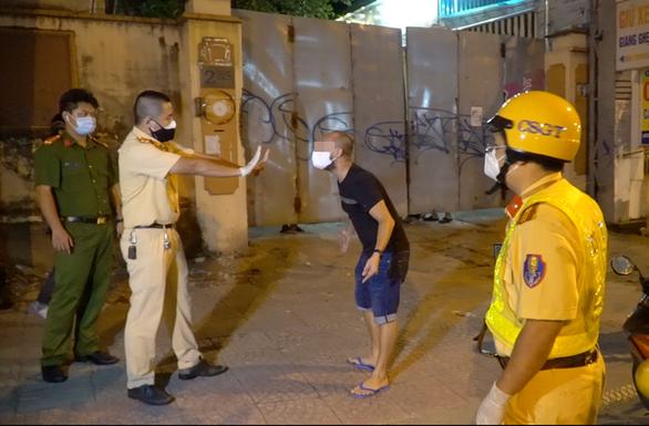 Thanh niên người Nga quậy cảnh sát gần chốt kiểm dịch Thị Nghè bị phạt 2,2 triệu đồng - Ảnh 1.