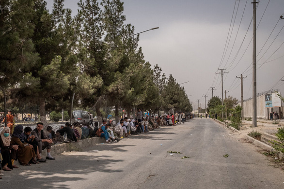 Sân bay Kabul căng thẳng: Mỹ siết bên trong, Taliban chặn bên ngoài - Ảnh 4.
