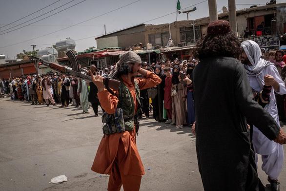 Sân bay Kabul căng thẳng: Mỹ siết bên trong, Taliban chặn bên ngoài - Ảnh 5.