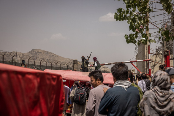 Sân bay Kabul căng thẳng: Mỹ siết bên trong, Taliban chặn bên ngoài - Ảnh 6.
