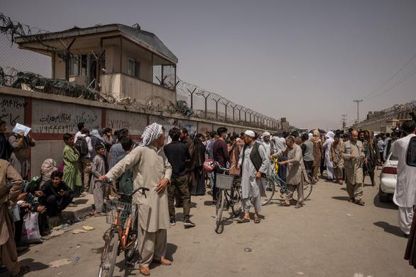 Sân bay Kabul căng thẳng: Mỹ siết bên trong, Taliban chặn bên ngoài - Ảnh 3.