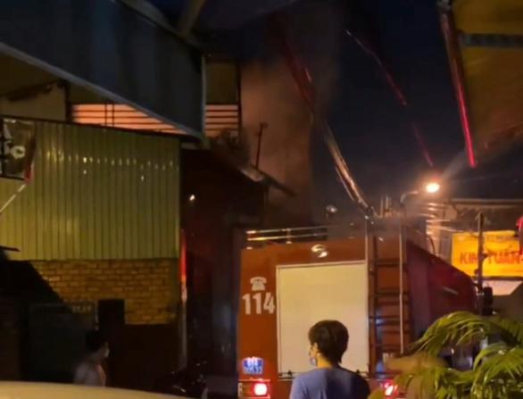 5 người chết trong vụ cháy tiệm tạp hóa giữa đêm - Ảnh 1.