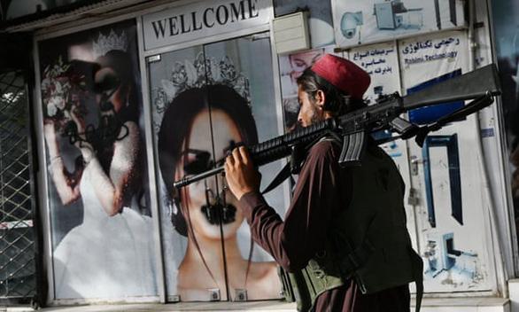 تغییر در کابل که توسط هتل مشاهده شد: مردان اصلاح خود را متوقف می کنند ، کارکنان زن