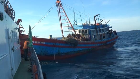 Truy bắt hai tàu giã cào Quảng Ngãi khai thác tận diệt thủy sản trên vùng biển Quảng Trị - Ảnh 1.