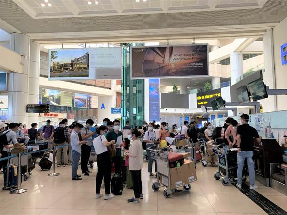Vietnam Airlines chở 180 nhân viên y tế Bệnh viện Bạch Mai đến TP.HCM chống dịch - Ảnh 1.
